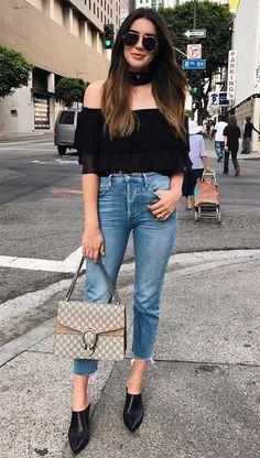 Street style look com blusa ombro a ombro.