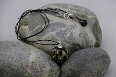 Création+de+Coline.+Pendentif+composé+d'une+perle+décorée+de+multiples+fleurs...