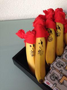 Leuke en snelle manier om een banaan te versieren voor een traktatie. Hoofddeksel kan je maken van crêpe-papier of van een servet.