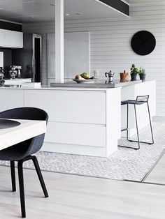 finnish home interior, finland home decor, wall gallery, black wall decor, total white kitchen, cucina bianca