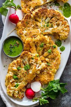 Receta de filetes de coliflor: Cauliflower steaks made oven roasted with simple seasonings like salt, pepper, garlic powder, and paprika. Cutting the cauliflower into thick slices makes for a hearty and satisfying plant-based meal. Vegetable Recipes, Vegetarian Recipes, Cooking Recipes, Healthy Recipes, Califlour Recipes, Cooking Games, Vegetable Entrees, Chicken Recipes, Vegetarian Grilling