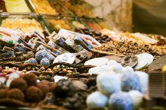 כיום אריזות המזון הפכו לתחום בפני עצמן, כשהעיסוק בו הפך לחשוב לא פחות מאשר המזון עצמו. האריזות כיום לא רק שומרות על המזון, אלא גם יש להן השפעה שיווקית ומיתוגית על המוצר שנמצא בתוכן, והן תרמו רבות להתפתחות החטיפים השונים, שהשתנו מקצה לקצה.  גיל הורסקי, מנהל שיווק בכיר בחברת מונדלז העולמית, דיבר על התפתחותן של אריזות מוצרי המזון בשנים האחרונות והטרנדים השונים הקשורים בהן וכן להתפתחות החטיפים, בוועידת Brand Packaging' Packaging Sells' לשנת 2017 שנערכה בשיקגו.