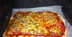 Fabulosa receta para Pizza de jamón y queso casera . Hasta la masa se prepara en casa, crujiente, rápida y deliciosa. Perfecta para un día de fútbol o reunión improvisada.  La pizza, de tradición italiana permite crear e innovar en la cocina. Desde hace más de un siglo que la pizza es un alimento muy habitual es las distintas dietas del mundo. No sólo por la facilidad, ni por el sabor que tiene, sino también por la utilidad, ya que la pizza toma bien cualquier ingrediente. Podemos hacer…