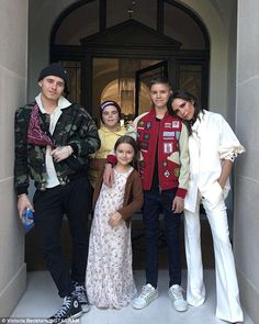 Check out Adorable Beckham Family Burberry Kids Outfits Worn at New York Fashion Week. See Harper, Romeo & Cruise Beckham Wearing Luxury Burberry Style at Victoria's Fashion Show. Shop the Beckham Kids Looks Online. Victoria Beckham Outfits, David Und Victoria Beckham, Victoria Beckham Stil, Spice Girls, Viktoria Beckham, Vic Beckham, Harper Beckham, David Beckham Family, Brooklyn Beckham