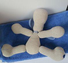 con A de artesanía: Amigurumi perrito Leopoldo Crochet Dolls, Crochet Baby, Knit Crochet, Handmade Toys, Pet Birds, Cuddling, Art Dolls, Minions, Dinosaur Stuffed Animal