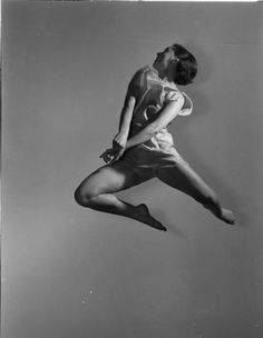Betty Friedman jumping in photographer's studio, 1937 from LIFE [This is the first photo that Gjon Mili took with Harold Edgerton's electronic flash] #experimentsinmotion #motion #dance    from LIFE