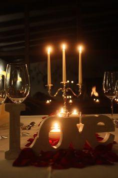 Candlelight-Dinner, Kerzenschein und Romantik im Seehaus, Kaminfeuer, Winterlicher Heiratsantrag am Riessersee, Frage aller Fragen und Ja-Wort im Riessersee Hotel Garmisch-Partenkirchen, Bayern, im Dezember - Wintry engagement lake-side in the Bavarian mountains