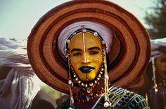 El Gerewol es una competición anual y ritual de cortejo de la etnia de los Wodaabe o Bororo, en Niger. Los hombres jóvenes se alinean para cantar y bailar, maquillados de forma tradicional y vestidos con bonitos ornamentos, compitiendo para seducir a las mujeres casaderas.  Ver mas fotos de festivales en fotosmundo.net