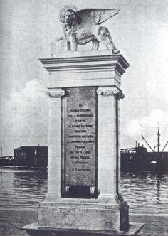 Mletački lav je postavljen 1926. na Molo San Marco (današnji gat Karoline Riječke) na desetu godišnjicu aneksije Rijeke Italiji, kao poklon Venecije.