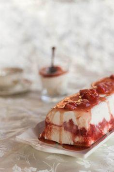 עוגת מסקרפונה ושוקולד לבן עם רוטב תותים