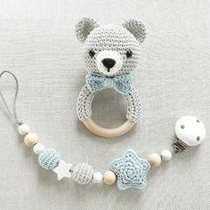 Nach so vielen süßen Hasen gab es auch nochmal ein Bärchen. Natürlich mit passender Schnullerkette :-) Und in Arbeit sind noch (außer Hasen und Bärchen, die sind immer gefragt) Füchse, Elefanten, Wolken, Giraffen und Seepferdchen... Pics coming soon :-) #häkeln #bär #bärchen #grau #teamblau #babyboy #baby2016 #baby2017 #rassel #schnullerkette #handmade #tina_empunkt