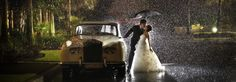 RAIN AND CLASSIC CAR. Wow wow wow. Maybe the only reason rain on your wedding day could be good (or is this photo shopped?) Amazing!! Unique wedding photo idea. Via Photo Chick Blog Wedding. Photoshoot ideas; wedding photography; wedding photos. #WeddingPhotos #WeddingPhotography