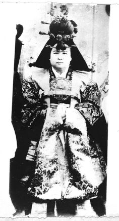 To become a queen of the Joseon Dynasty, a five-century long regime that lasted from 1392 to one had to be aged eight to 20 and born into a family of a good lineage. Just as important were the crown princess-to-be's appearance and womanly virtues. Korean Photo, Korean Art, Wedding Expenses, Wedding Costs, Korean Peninsula, Falling Kingdoms, Korean Traditional, Royal Weddings, Prince And Princess