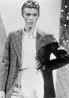 David Bowie performing live in Los Angeles, CA. – Photo by Michael Ochs. David Bowie Fashion, Howard Donald, Bowie Starman, The Thin White Duke, White Man, Evolution Of Fashion, Pete Wentz, Vogue, Dapper Gentleman