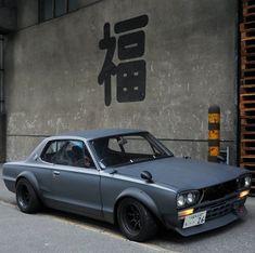 福 is japanese meaning HAPPY ☺ JDM masterpiece 1971 Nissan Skyline HAKOSUKA racing I would like to thank everyone who has reposted my… - - Gtr Nissan, Nissan Skyline Gt, Skyline Gtr, Jdm, Gt R, Auto Retro, Retro Cars, Classic Japanese Cars, Street Racing Cars