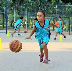 Adana Büyükşehir Belediyesi'nin futbol ve basketbol branşlarında açtığı ücretsiz kurslar büyük ilgi görüyor.  Tatilin keyfi yaz spor okullarında çıkıyor  Genç neslin sağlıklı bir yaşam sürmesini, özgüven ve ahlaki değerler kazanmasını amaçlayan Adana Büyükşehir Belediyesi, bu yıl da açtığı ücretsiz Yaz Spor Okulları'nda futbol ve basketbol branşlarında 7 bin 714 öğrenciye spor yapma olanağı …