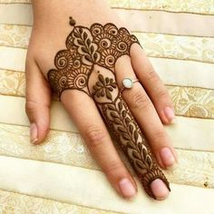 Simple and beautiful mehndi designs: take a look at these easy mehendi patterns which you can master with just a little practice. Try them to impress everyone! Henna Hand Designs, Eid Mehndi Designs, Mehndi Designs Finger, Modern Henna Designs, Mehndi Designs For Girls, Mehndi Designs For Beginners, Mehndi Design Photos, Mehndi Designs For Fingers, Beautiful Mehndi Design