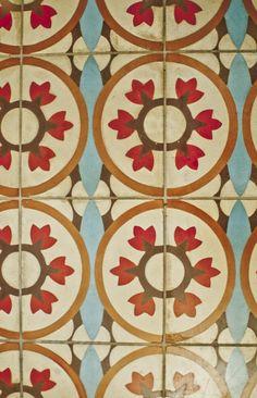 Baldosa hidráulica. Se caracterizan por su versatilidad, su gran variedad de dibujos y de colores naturales que las hacen aptas tanto para interiores como exteriores. Es pues la solución pavimental que mas posibilidades estéticas les puede ofrecer y la única en poder alcanzar tales niveles de originalidad.