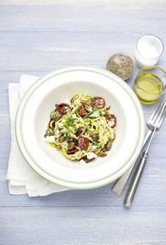 Spaghetti di zucchine in insalata alla mediterranea