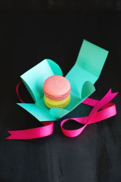 Macaron treat box template and tutorial Homemade Gifts, Diy Gifts, Diy Craft Projects, Crafts For Kids, Macaron Boxes, Cupcake Boxes, Do It Yourself Inspiration, Gift Wraping, Printable Box
