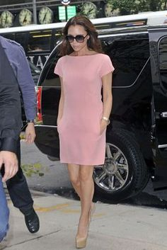 Victoria Beckham Day Dress Victoria Beckham looked sweet as can be preparing for fashion week in a petal pink shift dress. Simple Dresses, Day Dresses, Dress Outfits, Fashion Outfits, Shift Dresses, Shift Dress Outfit, Office Dresses, Victoria Beckham Style, Victoria Beckham Fashion