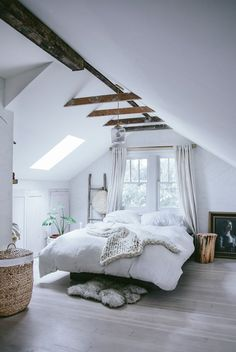 What kind of ceiling decor should you use in an attic bedroom? Great ways to decorate an attic bedroom and improve your house resale value. design master modern ceilings Attic Bedroom - How to Decorate Attic Bedrooms Attic Bedrooms, Bedroom Loft, Cozy Bedroom, Dream Bedroom, Home Decor Bedroom, Attic Loft, Attic Office, Trendy Bedroom, Attic Playroom
