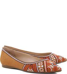 Para visuais mais básicos, a sapatilha de bico fino estampada é um complemento fácil e confortável.