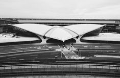 Image 1 of 26 from gallery of AD Classics: TWA Flight Center / Eero Saarinen. Photograph by Cameron Blaylock Eero Saarinen, Vintage Architecture, Contemporary Architecture, Architecture Design, Twa Flight Center, Cool Photos, Interesting Photos, Gallery, Building Designs