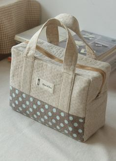 could be made with pre quilted fabric to look like a Vera Bradley -… – –Hottest Photo Quilting fabric Strategies Easy duffle. could be made with pre quilted fabric to look like a Vera Bradley -… – – Pre Quilted Fabric, Quilted Bag, Handbag Tutorial, Pouch Tutorial, My Bags, Purses And Bags, Bag Quilt, Vera Bradley, Sacs Tote Bags