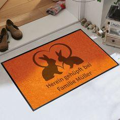 Diese Fußmatte sorgt für einen ganz besonderen Empfang ihrer Gäste.  Natürlich ist diese Fußmatte auch eine schöne Geschenkidee.  #ostern #eingangsbereich #geschenkidee Humor, Diy, Signs, Random, Funny, Home Decor, Block Prints, Crafts, Nice Asses