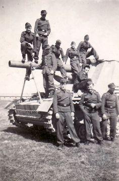 A crew posing with their Hummel S/P gun