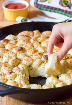A Spicy Perspective is part of pizza - Simple Cheesy Garlic Pull Apart Bread recipe made in a skillet! This tantalizing party snack makes little bites of cheese bread that can be dipped Braai Recipes, Appetizer Recipes, Cooking Recipes, Appetizers, Kos, Bread Cast, Cheesy Pull Apart Bread, Bubble Bread, Kitchenaid