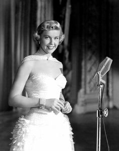 Doris Day films and songs from Calamity Jane to Que Sera Sera Hollywood Vintage, Golden Age Of Hollywood, Hollywood Glamour, Hollywood Stars, Hollywood Actresses, Classic Hollywood, Actors & Actresses, Hollywood Hair, Hollywood Icons