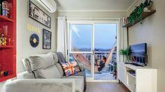 Apartamento #rede  Sala de 12 m² em Porto Alegre  Com uma paleta em que o vermelho contrasta com o branco luxuoso que toma conta do apartamento, este espaço é projetado pelas arquitetas Fernanda Fleck e Larissa Bassi.  A sala tem 12 m² e banheiros com 2,30 m². Localizado em Porto Alegre.