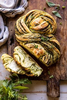 Swirled Garlic Herb Bread (via Half-Baked Harvest) Vegetarian Recipes, Low Carb Recipes, Cooking Recipes, Healthy Recipes, Comida Picnic, Herb Bread, Garlic Bread, Rosemary Bread, Spinach Bread