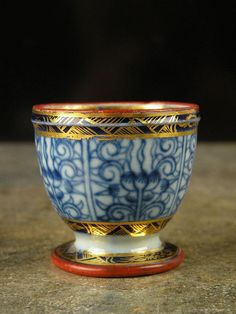 A rare Caughley egg stand/cup, circa 1785