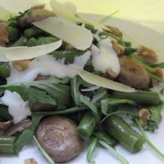 Salata calda de fasole verde cu ciuperci si rucola.  500 gr fasole verde   200 gr ciuperci   2 - 3 maini frunze rucola   4 linguri ulei de masline   4 catei de usturoi   sare, piper, cimbru, nuci, parmezan   pentru sos:   200 ml smantana   2 linguri ulei de masline   2 linguri suc de lamaie   1 lingurita de coaja de lamaie   1 linguta apa, sare, piper Green Beans, Salad Recipes, Main Dishes, Meals, Chicken, Vegetables, Healthy, Food, Salads
