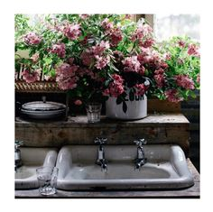 【ELLE DECOR】ローラ・ジャクソンはいつでもどこでも花と一緒|花好きファッショニスタのインスタグラムを抜き打ち審査!|エル・オンライン