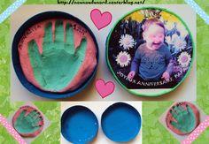 empreinte de main en pâte à sel colorée au  colorant alimentaire le contour peint en rose et mise dans une boîte de camembert peinte en bleu avec sur le couvercle la photo de l'enfant http://nounoudunord.centerblog.net/1074-empreinte-de-main-pour-anniversaire-du-papa