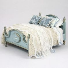 Shabby chic bed in blue and white dollhouse miniature scale - French Shirt - Ideas of French Shirt - Shabby chic bed in blue and white dollhouse miniature scale Vitrine Miniature, Miniature Rooms, Miniature Houses, Miniature Furniture, Doll Furniture, Dollhouse Furniture, My Doll House, Barbie House, Barbie Bedroom