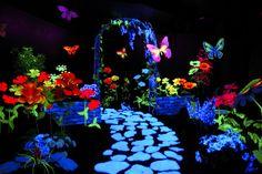 Want to paint a black light garden mural Black Light Room, Bolo Neon, Garden Mural, Neon Party, Alice In Wonderland Party, Light Art, Installation Art, Trippy, Event Design