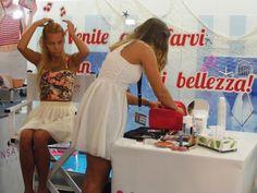La candidata Taranciuc Cristina impegnata ad iniziare a realizzare il maquillage alla sua modella