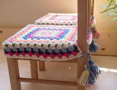 A very nice and easy idea to attach covers to chairs with tassels.