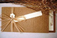 ABA P HORIZONTAL - LINHA NATURAL COM AMARRIL DE RÁPHIA E FLOR <br>Parte interna Telado Marfim e parte externa em Kraft textura Importado com amarril de ráphia e aplique de flor marfim. <br> <br>>OPCIONAIS <br>-Tags c/ com os nomes de convidados + R$0,80 / und. <br>- Mini card + R$ 60,00 até 300 unids. <br> <br>Entrega para todo o Brasil