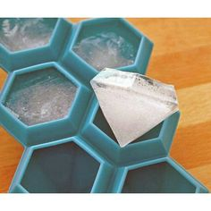 This diamond ice tray is eay to use, maintain and clean. It's ideal for making ice cubes, chocolate, jelly in the party and the bar and you can add any food you like, after being frozen, the ice ball