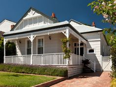 dark windows with white house exterior queenslander Exterior Paint Combinations, Exterior Color Schemes, Exterior Paint Colors For House, Paint Colors For Home, Exterior Design, Paint Colours, Colour Schemes, Queenslander House, Weatherboard House