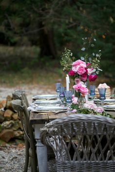 7 romantic inspired simple table settings that are perfect - French Country Cottage Dining Table Design, A Table, Pink Table, Green Tablecloth, Easter Table Settings, French Country Cottage, Romantic Cottage, Cottage Farmhouse, Country Living
