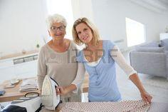aide a femme agee: Portrait de femme âgée avec femme de ménage Banque d