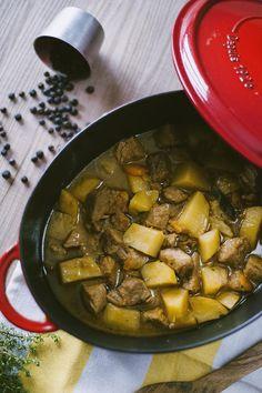Lo spezzatino di vitello con patate è uno dei piatti che preferisco! Così tenero e saporito, un classico intramontabile. Ti va di provare la mia ricetta?