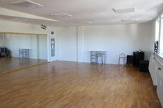 Tanzstudio vermietet Tanzräume Stunden oder Tageweise. Studio 2 ca. 70 qm ca. 7 x 10m ohne Säulen, mit Echtholz Parkett Tanzboden ausgelegt. Lange Spiegelfront an der Längsseite sowie Spiegel auf einer Seite. Fensterfront gegenüber langer Spiegelwand, von außen nicht einsehbar. Verdunkelung nicht möglich. Musikanlage mit CD Player … Weiterlesen